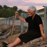 María Martín, en la cuneta donde supuestamente están los restos de su madre, en una imagen de 'El silencio de otros'. ALMUDENA CARRACEDO